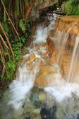 Kahverengi kaya şelale — Stok fotoğraf