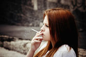 Smoking beautiful young girl — Stock Photo