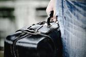 拿手提箱的手 — 图库照片