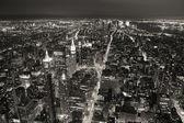 夕暮れの黒と wh でニューヨーク市マンハッタン スカイライン空中ビュー — ストック写真