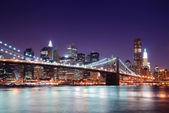Manhattan skyline and Brooklyn Bridge — Stock Photo