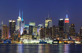 Skyline van new york city manhattan midtown in de schemering — Stockfoto