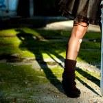 fille goth sombre de jambes avec une épée dans ses mains — Photo