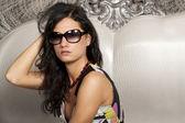 Vacker ung dam i eleganta solglasögon — Stockfoto