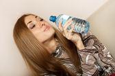 Piękna, młoda dziewczyna z butelką wody — Zdjęcie stockowe