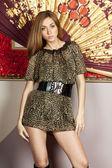 Elegante jonge dame in een bruine jurk — Stockfoto