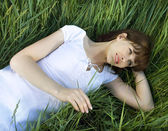 Menina no campo verde — Foto Stock