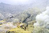 Extracting sulphur inside Kawah Ijen crater — Stock Photo