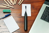 Exclamation mark over a black pen on writing desk — Stock Photo