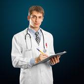 Genç doktor adam stetoskop ile — Stok fotoğraf