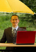 бизнесмен с зонтом — Стоковое фото