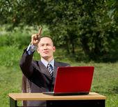 Hombre con portátil trabaja al aire libre — Foto de Stock