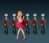 Vrouw en lamp hoofd ondernemers met laptop — Stockfoto
