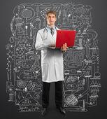 врач мужчина в костюме с ноутбуком в руках — Стоковое фото