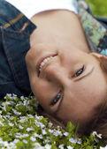Mujer tendida en prado de flores — Foto de Stock