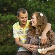 Foto Stock: Man hugging his pregnant wife