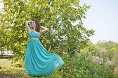 En förtjusande kvinna i en blå klänning — Stockfoto