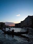 Bateaux de gondole à venise en italie à l'affiche de la soirée — Photo