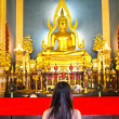 Woman pray The Shinarath buddha in Bangkok, Thailand — Stock Photo