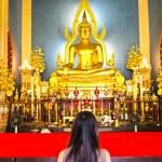 Woman pray The Shinarath buddha in Bangkok, Thailand — Stock Photo #5969241