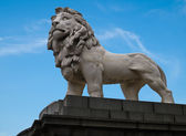 White lion statue with blue sky in London — Stock Photo