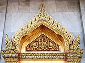 Dach dwuspadowy i deva statui drzwi — Zdjęcie stockowe