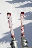 Lyže a sníh pozadí — Stock fotografie