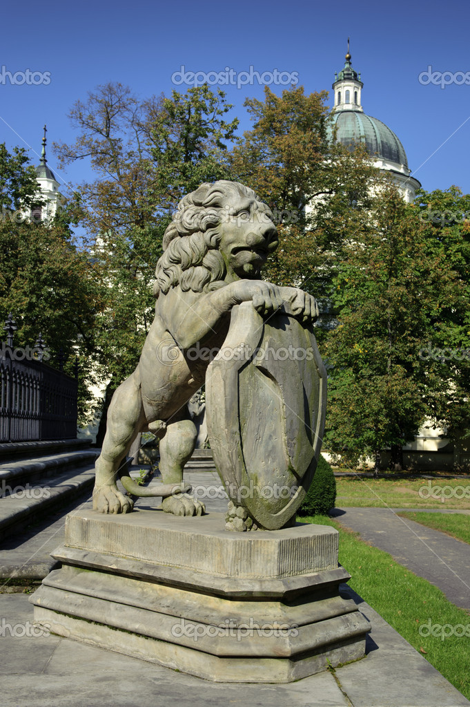 Lion stone sculpture in Wilanow Park in Warsaw, Poland — Stock Photo #5849437
