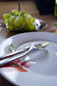 Empty dinner plate with cutlery — Stock Photo