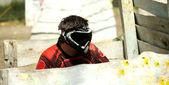 Paintball spelare på andra sidan av trä skydd — Stockfoto