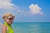 Junge frauen suchen auf dem meer — Stockfoto