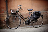 Old retro bicycle with basket in Italy — Stock Photo