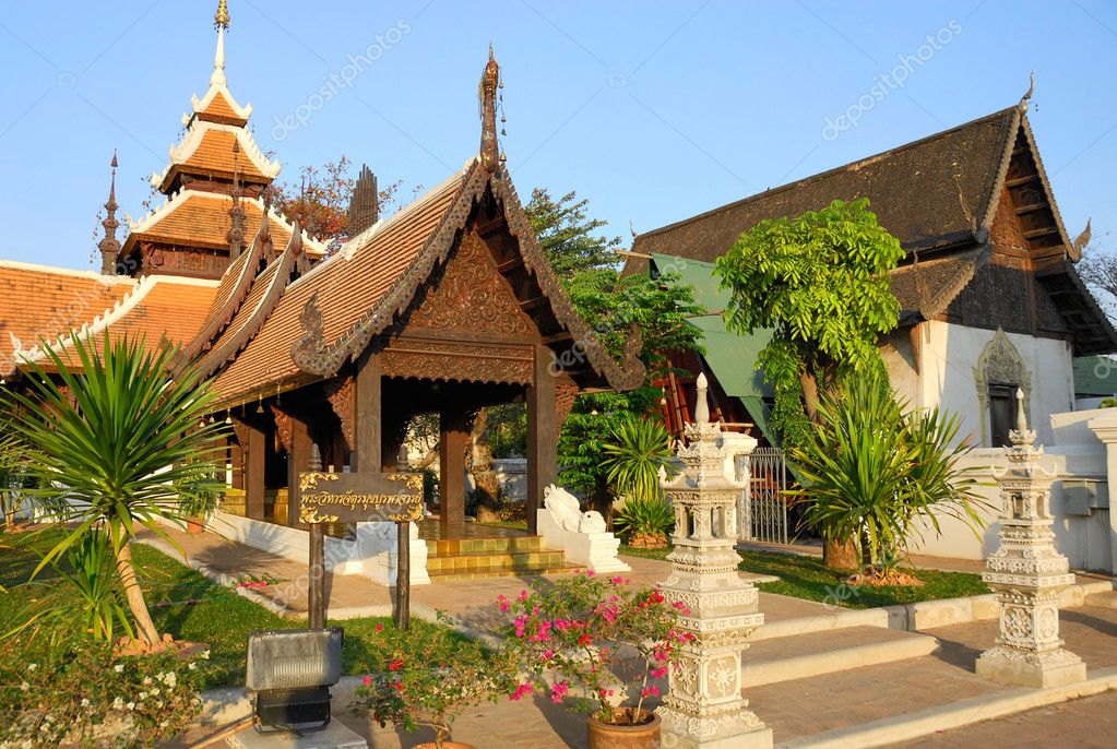 Beautiful Buddhist temple complex with neat garden — Stock Photo #5617997