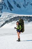 Woman in mountains — Stockfoto