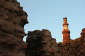 Qutub minar and walls — Stock Photo