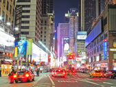 MANHATTAN AT NIGHT - CENTER OF ATTENTION — 图库照片