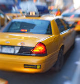 Motion and lens blurred taxi or cap, Manhatten, New York — Photo
