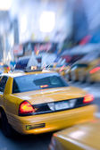 Motion et lentille floue taxi ou cap, manhattan, new york — Photo