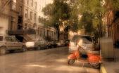 Scooter en vintage stedelijk landschap — Stockfoto