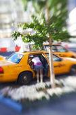 Una mujer colocando sus cosas en un taxi — Foto de Stock