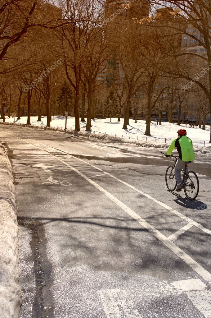 Biking in Central Park (New York) in wintertime — Stock Photo #6560989