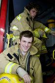 Dos jóvenes bomberos — Foto de Stock