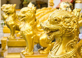 Head close up of thai lions statue standing in front of the temp — Stock Photo