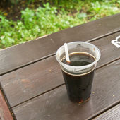 Plastikowy kubek z kawa w kawiarni lato. — Zdjęcie stockowe