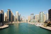 在夏天的城市景观。迪拜码头. — 图库照片