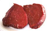 Dva hovězí steaky na bílé — Stock fotografie