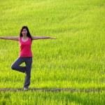 ヨガの練習、水田に立っている女の子 — ストック写真