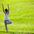 girl beoefenen van yoga, permanent in Sawa — Stockfoto #5731457