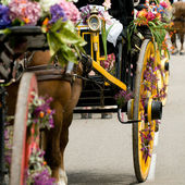 Un carro retro con caballo y flores en el festival bretón — Foto de Stock