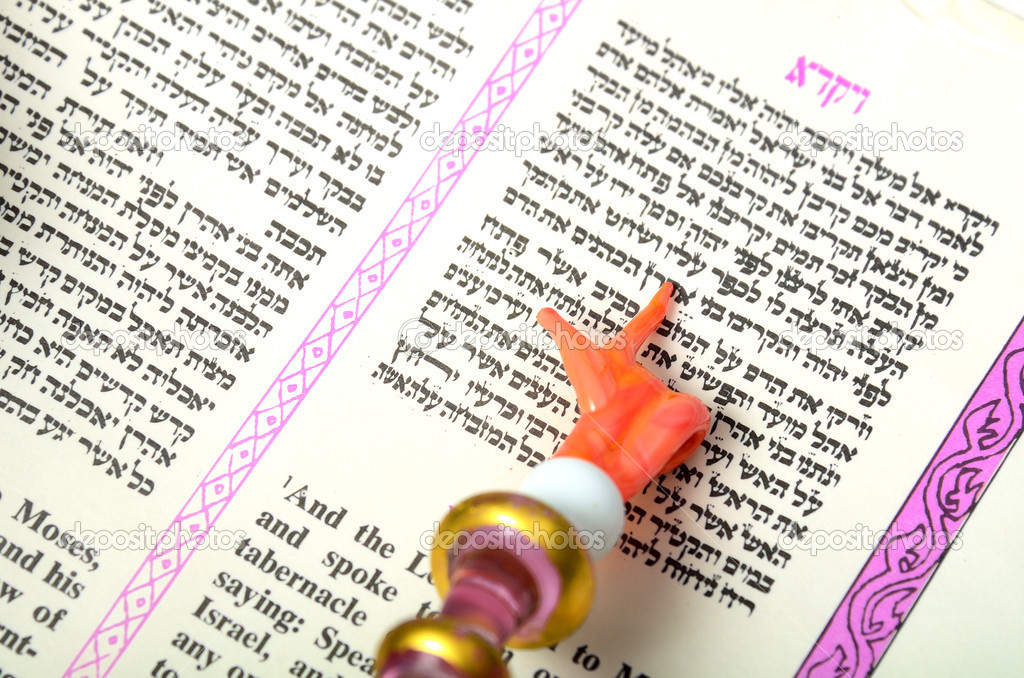 A Yad pointing at a passage from the Torah. — Stock Photo #5764683